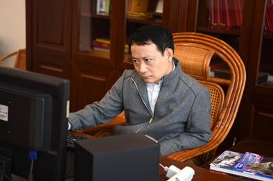 """""""旗袍先生""""崔萬志:視苦難為命運饋贈"""